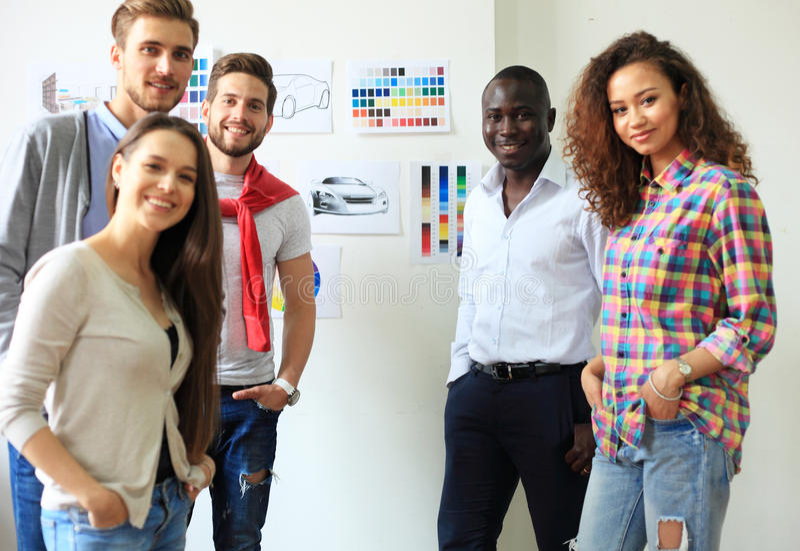 Samarbete är en tangent till bästa resultat Grupp av ungt modernt folk i smart för planläggningsaffär för tillfälliga kläder stra arkivfoto