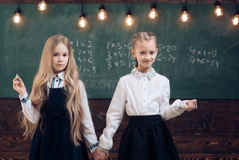 samarbete samarbete av två flickor på skolan samarbete är en tangent till det bästa resultatet samarbete och arkivfoto