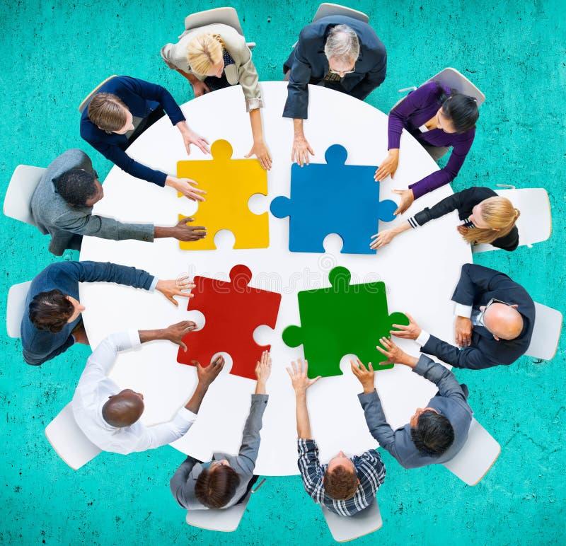 Samarbete Team Concept för pussel för affärsfolk royaltyfria foton