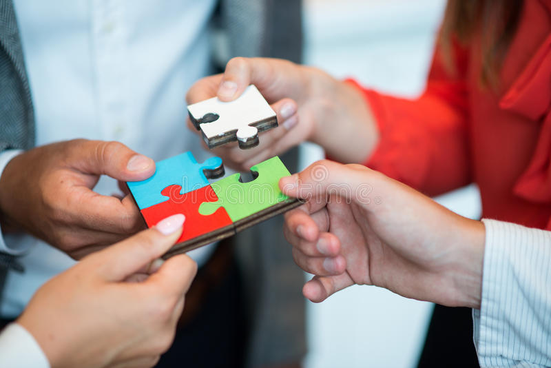 Samarbete Team Concept för pussel för affärsfolk arkivbilder
