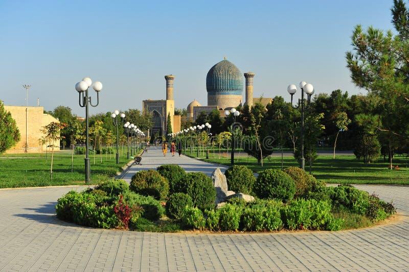 Samarcanda: bella moschea nel parco immagine stock