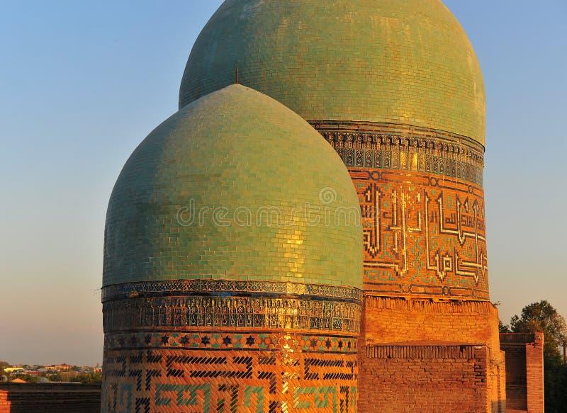 Samarcanda: due cupole sul tramonto immagine stock