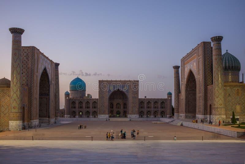 SAMARCANDA, L'UZBEKISTAN: Quadrato di Registan a Samarcanda, l'Uzbekistan immagine stock