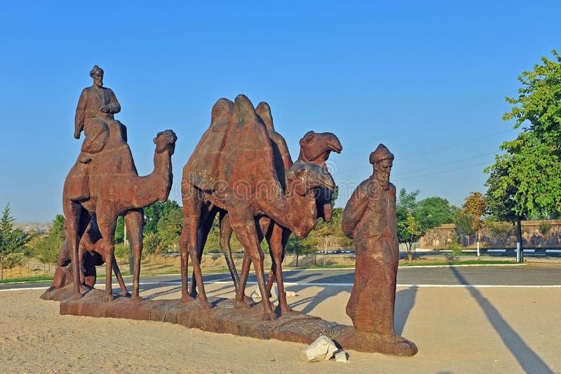 Samarkand: monument aan caravan van kamelen in woestijn stock foto's