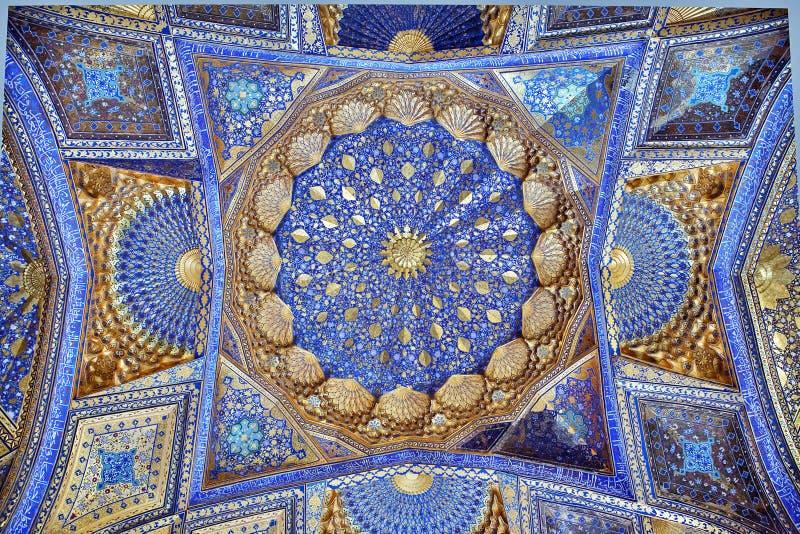 SAMARKAND, UZBEKISTÁN - 4 DE MAYO DE 2014: Techo del mausoleo de Aksaray foto de archivo libre de regalías