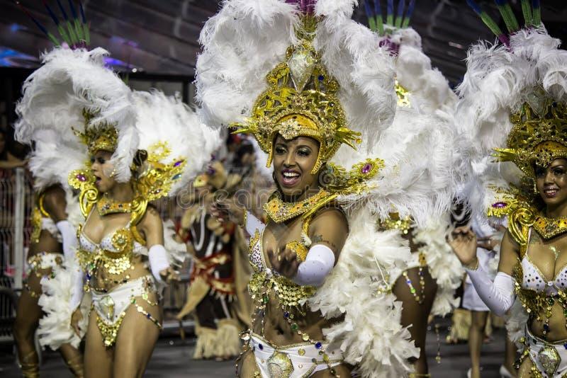 Samba Dancers no traje em Carnaval fotografia de stock royalty free