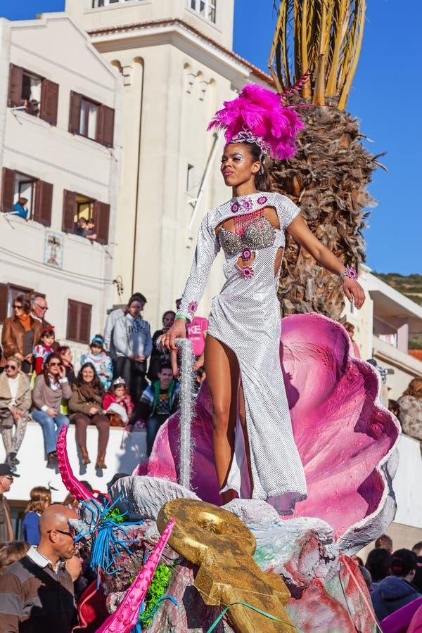 Sambadanser op een Vlotter in de Braziliaanse stijl Carnaval royalty-vrije stock fotografie