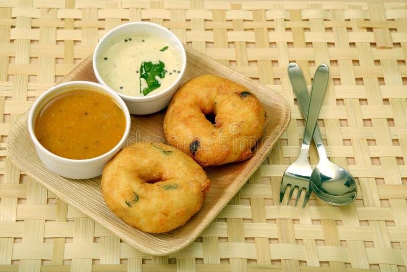 Sambar vada z sambar i koksu chutney Południowy Indiański jedzenie na drewnianym tle, zdjęcie royalty free