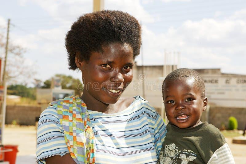 Sambianische Mutter mit Kind lizenzfreies stockfoto