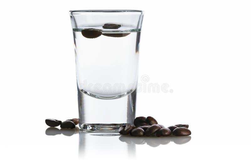 Sambuca und Kaffeebohnen lizenzfreies stockbild