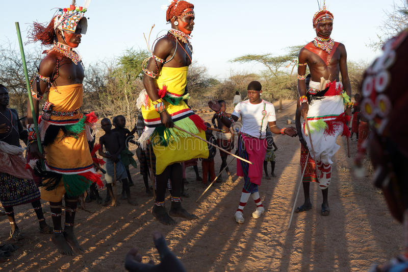 Samburudansers in Schutterspost, Kenia stock afbeelding