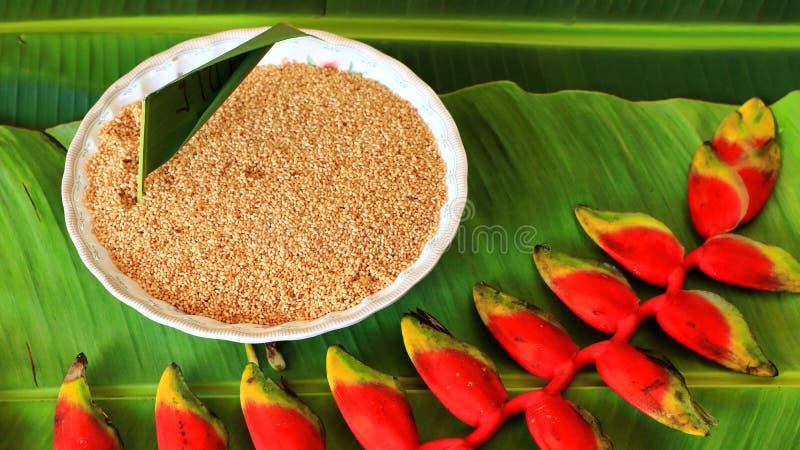 Samen des indischen Sesams auf einem Bananenblatthintergrund lizenzfreie stockfotos