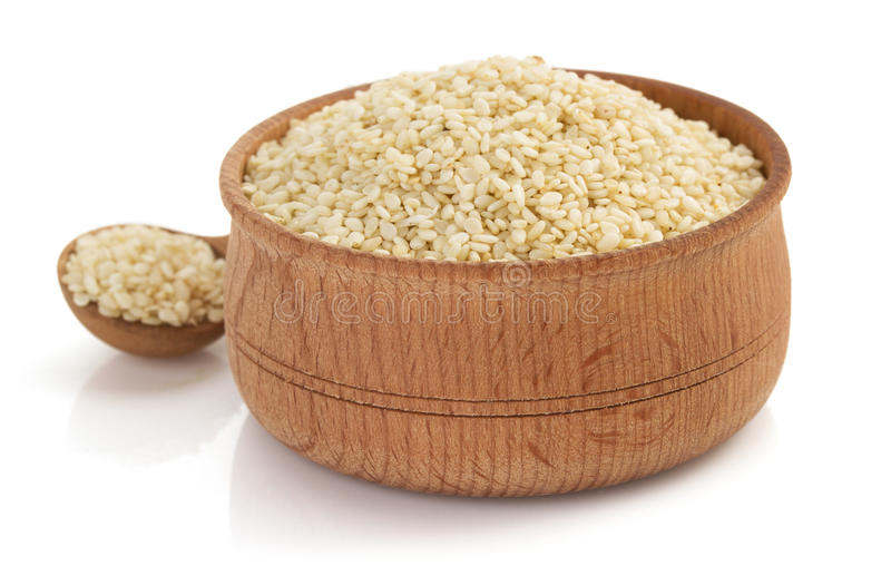 Samen des indischen Sesams in der Schüssel auf weißem Hintergrund lizenzfreie stockfotos