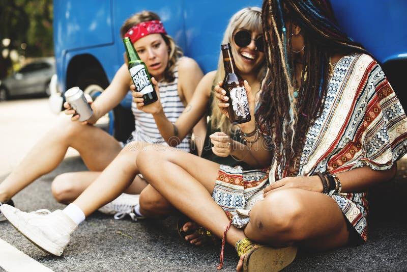 Samen drinkend Alcoholbieren op Wegreis royalty-vrije stock afbeeldingen