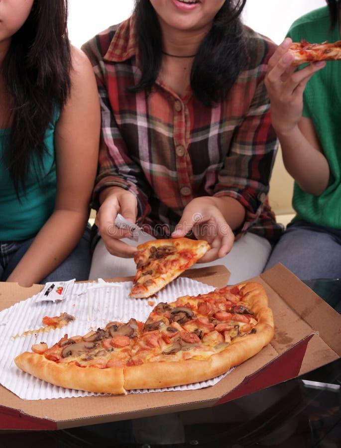 Samen etend pizza stock afbeeldingen