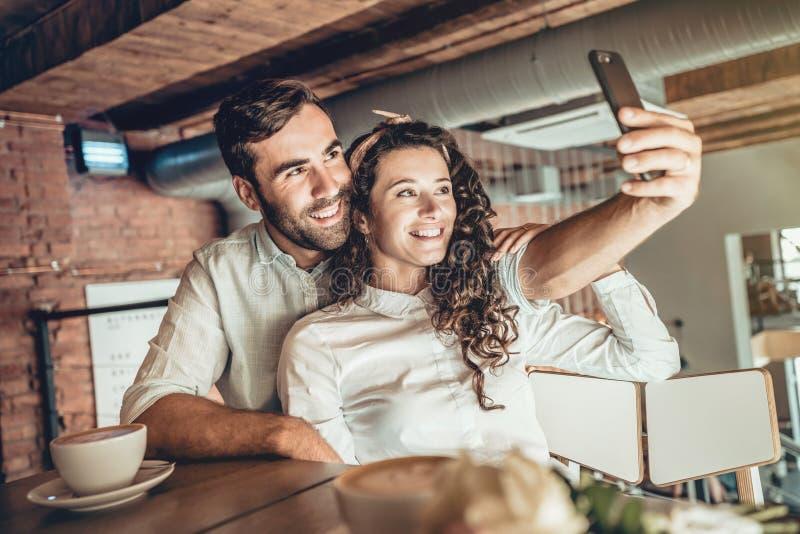 Samen! Het paar in liefde brengt tijd in koffie door stock foto's