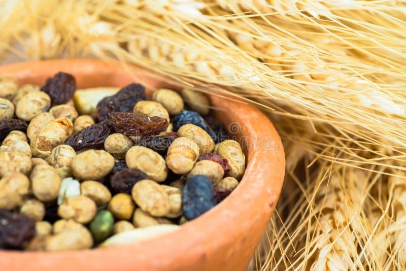 Samen und Früchte des getrockneten Getreides mit Stielen von Weizenähren stockbilder