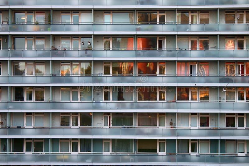 sameness, сходство современных жилых многоэтажных зданий стоковые изображения