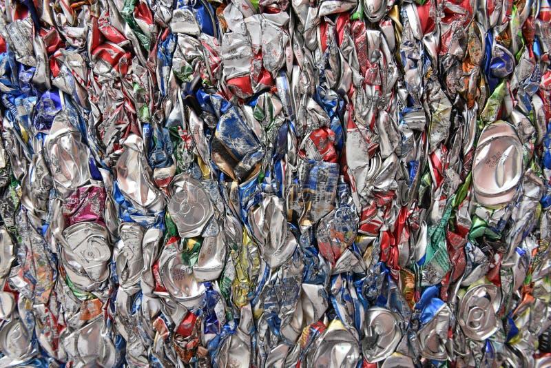 Samengeperst, verpletterd, brak, afgevlakte aluminiumsoda en bierblikken voor schroot recycling royalty-vrije stock afbeeldingen