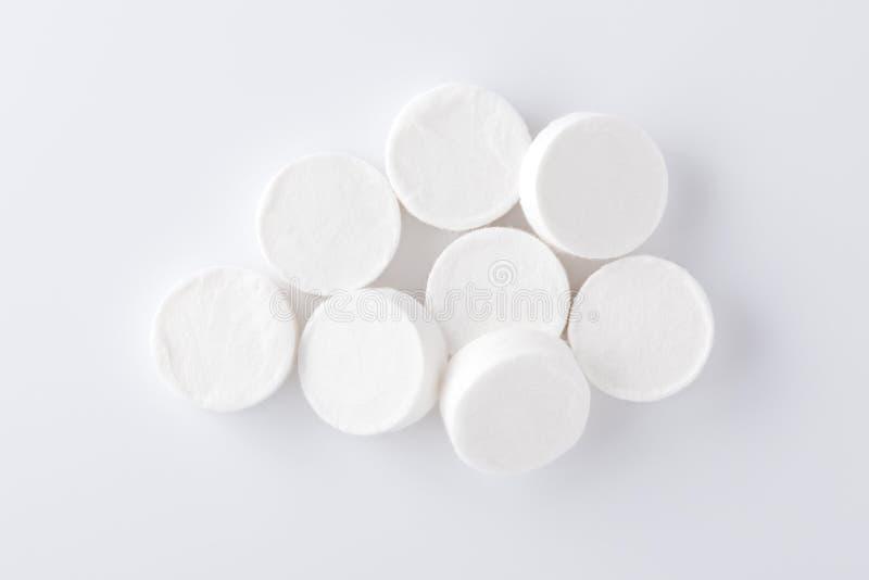 Samengeperste gezichtsmaskerbladen op witte achtergrond royalty-vrije stock afbeelding
