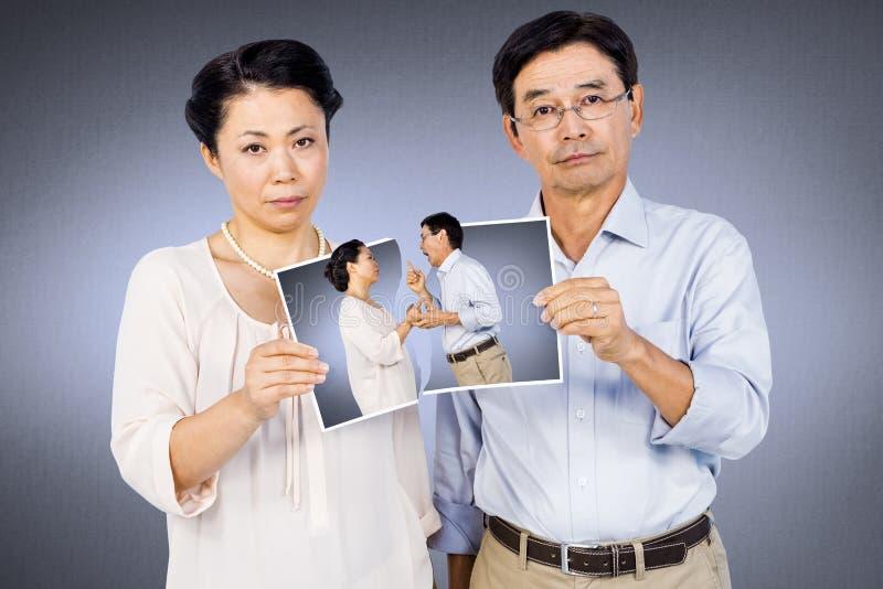 Samengesteld beeld die van Aziatisch paar een foto houden royalty-vrije stock afbeeldingen