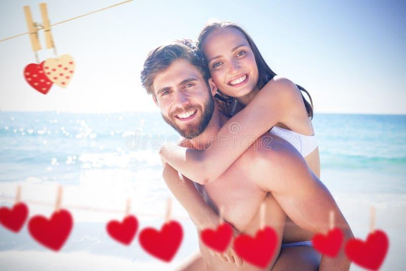 Samengesteld beeld die van de knappe mens op de rug aan zijn meisje geven stock foto's