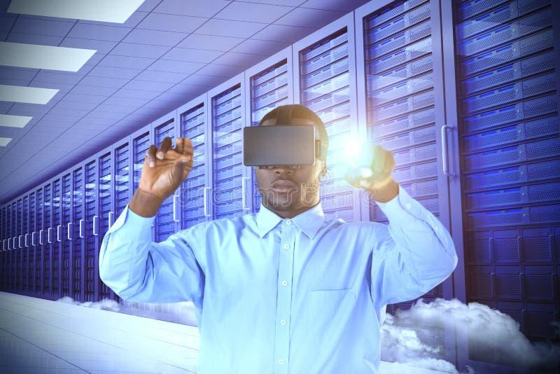 Samengesteld beeld die van de mens terwijl het gebruiken van virtuele werkelijkheidssimulator richten royalty-vrije stock fotografie