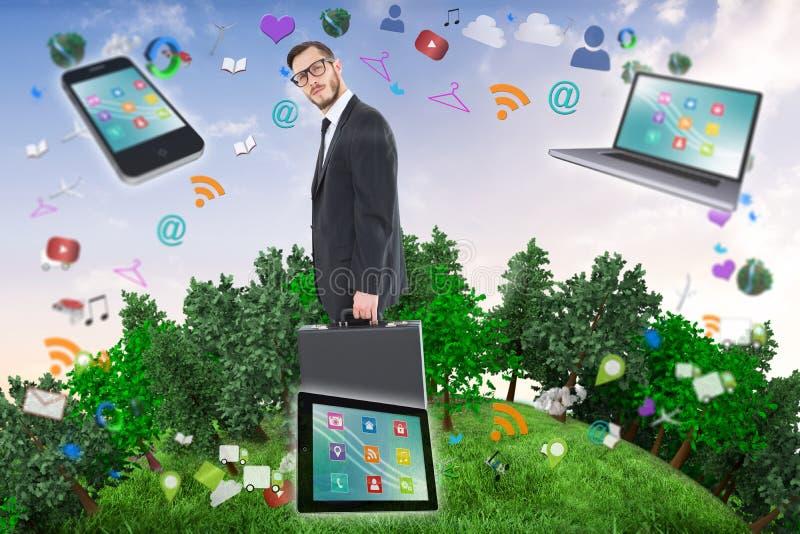 Samengesteld beeld die van geeky zakenman zijn aktentas houden royalty-vrije stock afbeeldingen