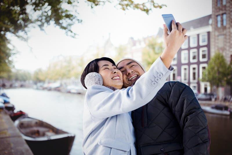 Samengesteld beeld die van leuk paar selfie nemen royalty-vrije stock foto's