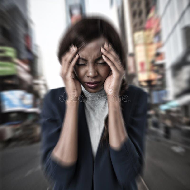 Samengesteld beeld die van onderneemster aan hoofdpijn lijden stock fotografie