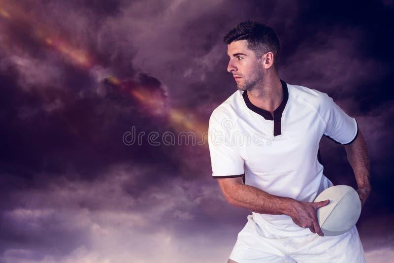 Samengesteld beeld die van rugbyspeler de bal opzij houden stock afbeelding