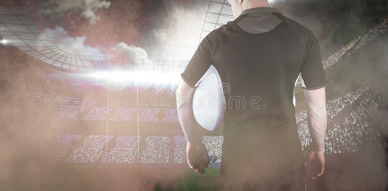 Samengesteld beeld die van rugbyspeler een rugbybal houden stock afbeelding