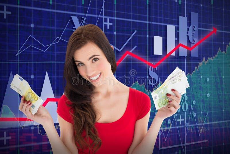 Samengesteld beeld die van vrolijk brunette haar contant geldgeld houden royalty-vrije stock afbeelding