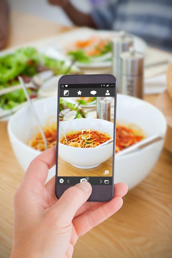 Samengesteld beeld die van vrouwelijke hand een smartphone houden royalty-vrije stock fotografie