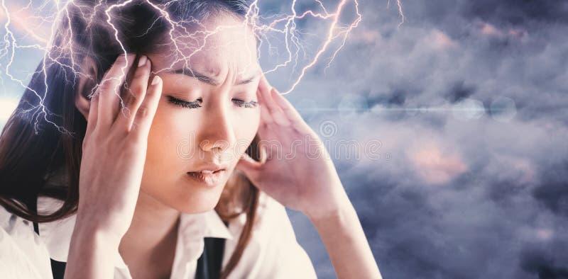Samengesteld beeld die van zenuwachtige onderneemster haar hoofd houden stock foto's
