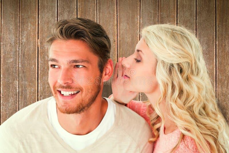 Samengesteld beeld van aantrekkelijk blonde het fluisteren geheim aan vriend royalty-vrije stock foto's