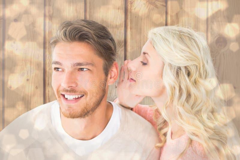 Samengesteld beeld van aantrekkelijk blonde het fluisteren geheim aan vriend royalty-vrije stock afbeeldingen
