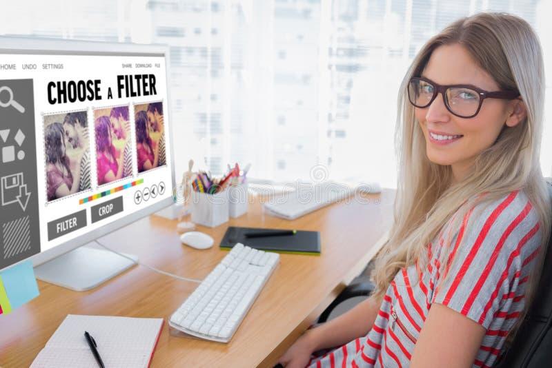 Samengesteld beeld van aantrekkelijke fotoredacteur die aan computer werken royalty-vrije stock afbeelding
