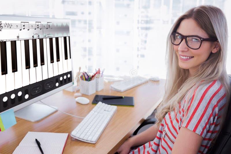Samengesteld beeld van aantrekkelijke fotoredacteur die aan computer werken stock foto