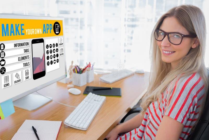 Samengesteld beeld van aantrekkelijke fotoredacteur die aan computer werken stock fotografie