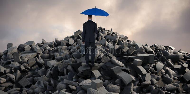 Samengesteld beeld van achtermening van zakenman die blauwe paraplu en aktentas dragen stock foto's