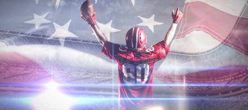 Samengesteld beeld van Amerikaanse voetbalster in het rugbybal van de helmholding met wapens in de lucht stock fotografie