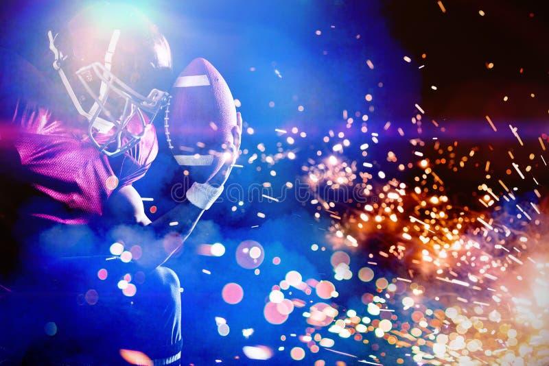 Samengesteld beeld van Amerikaanse voetbalster in Jersey met bal stock fotografie