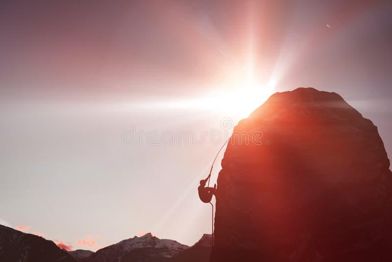 Samengesteld beeld van bebouwd beeld van rotsachtige berg stock foto
