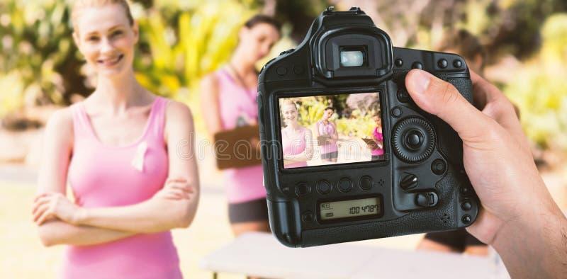 Samengesteld beeld van bebouwde hand van de camera van de fotograafholding stock foto's