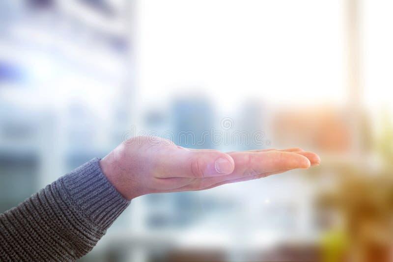Samengesteld beeld van bebouwde hand die van de mens hand tonen royalty-vrije stock fotografie