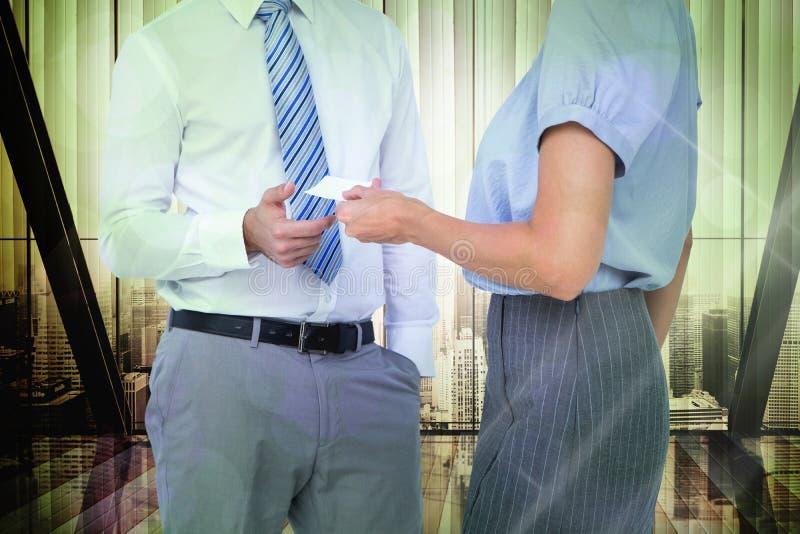 Samengesteld beeld van bedrijfsmensen die adreskaartje ruilen stock afbeelding