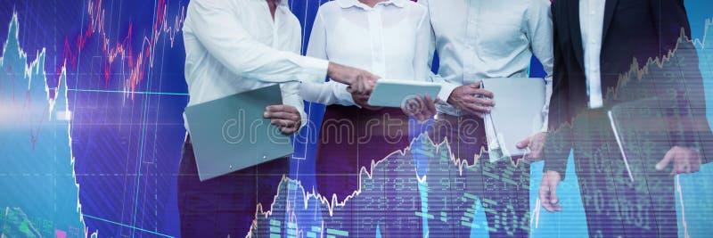 Samengesteld beeld van bedrijfsmensenbedrijfsdossiers die over tablet bespreken royalty-vrije stock afbeelding