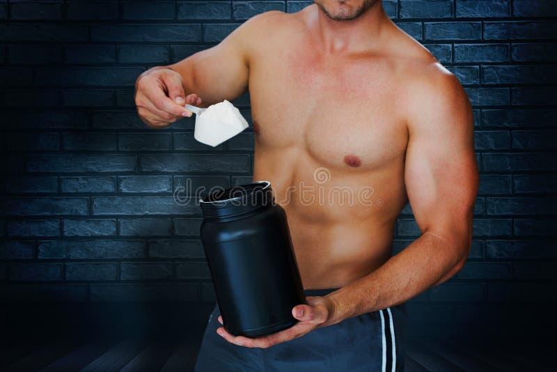 Samengesteld beeld van bodybuilder met eiwitpoeder royalty-vrije illustratie