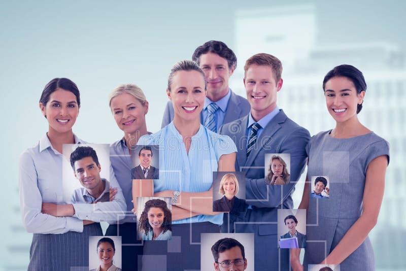 Samengesteld beeld van commercieel team die bij camera glimlachen royalty-vrije stock afbeelding